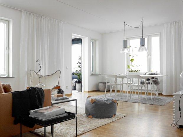 Фотография: Гостиная в стиле Скандинавский, Минимализм, Декор интерьера, Квартира, Аксессуары, Мебель и свет, Белый, Черный – фото на INMYROOM