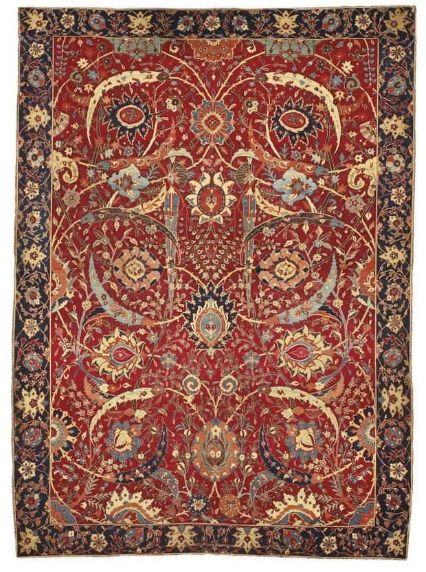 Шедевр, именовавшийся в аукционном каталоге «Ковер Кларка с серповидными листьями», был изготовлен в начале XVII века в Юго-Восточной Персии (Кирман).