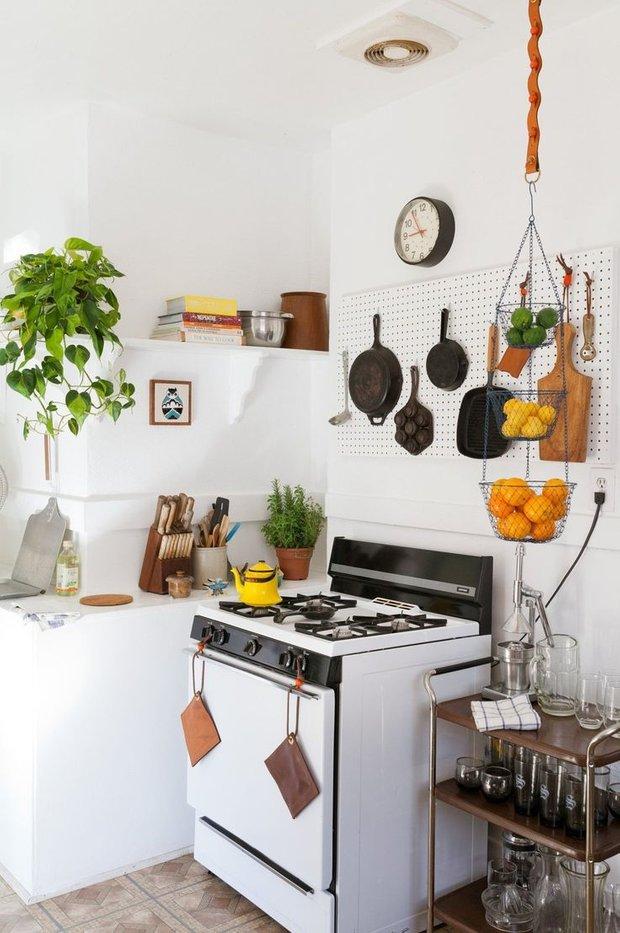 Фотография: Кухня и столовая в стиле Скандинавский, Квартира, Декор, Мебель и свет, Советы, Белый, Минимализм, Эко – фото на INMYROOM