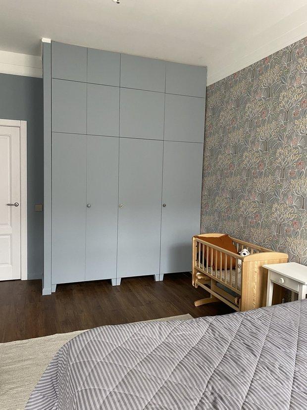 Шкаф в спальню по стоимости вышел 34100 рублей, купили в ИКЕА и сами покрасили в цвет стен.