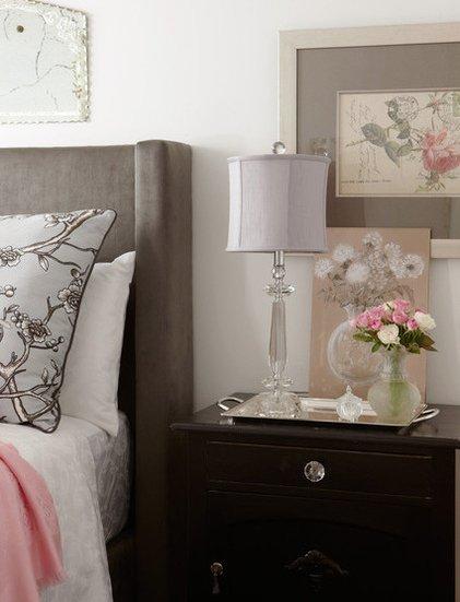 Фотография: Спальня, Аксессуары в стиле Классический, Декор интерьера, Канада, Текстиль, Интерьер комнат, Мебель и свет, Переделка, Подушки – фото на INMYROOM