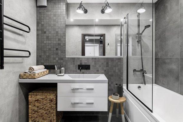 Экран под ванну с откидными дверцами позволил на 100% задействовать пространство под ней для хранения бытовой химии и средств для уборки.