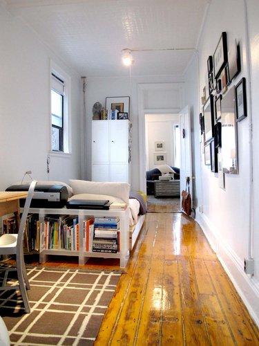 Фотография: Спальня в стиле Скандинавский, Малогабаритная квартира, Квартира, Цвет в интерьере, Дома и квартиры, Стены, Нью-Йорк, Системы хранения, Квартиры – фото на INMYROOM