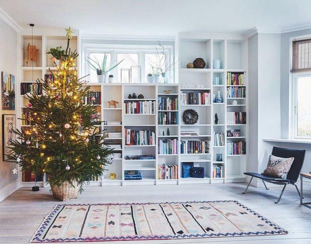 Фотография: Гостиная в стиле Скандинавский, Декор интерьера, Дом, Дания, Новый Год, новогодний декор, Более 90 метров – фото на INMYROOM