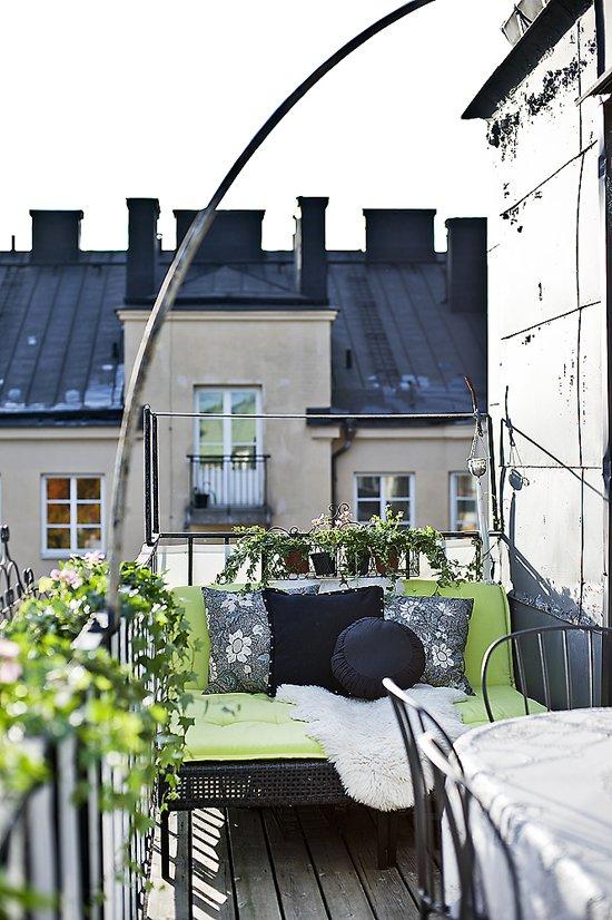 Фотография: Балкон, Терраса в стиле , Гардеробная, Скандинавский, Декор интерьера, Малогабаритная квартира, Квартира, Швеция, Хранение, Цвет в интерьере, Дома и квартиры, Белый – фото на INMYROOM
