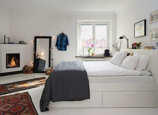 Фотография: Спальня в стиле Скандинавский, Квартира, Аксессуары, Декор, Мебель и свет, Белый, Гид, гид по белым комнатам, психология белого, практичный белый, белая прихожая, белая спальня, белая гостиная, белая ванная, белая кухня, белая детская – фото на INMYROOM