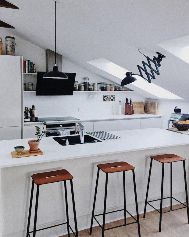 Фотография: Кухня и столовая в стиле Скандинавский, Советы, Белый, Бежевый, Коричневый – фото на INMYROOM