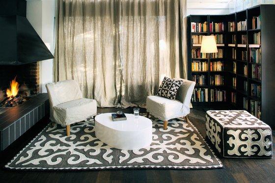 Фотография: Гостиная в стиле Современный, Декор, Индустрия, Новости, Подушки, Ковер – фото на INMYROOM