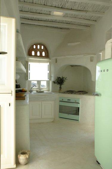 Фотография: Кухня и столовая в стиле Прованс и Кантри, Интерьер комнат, SMEG, Цвет в интерьере, Бирюзовый – фото на InMyRoom.ru