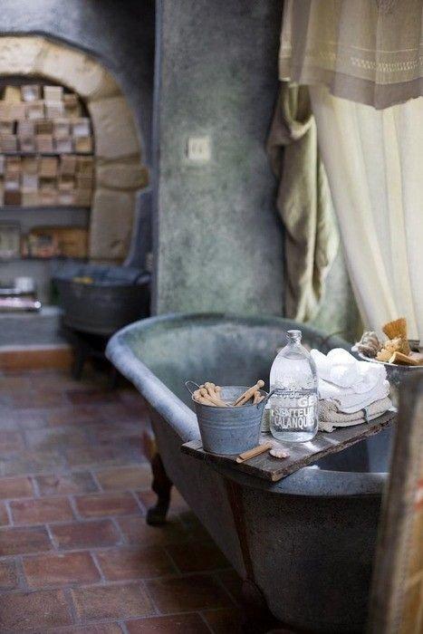 Фотография: Ванная в стиле Лофт, Декор интерьера, DIY, Малогабаритная квартира, Квартира, Декор, Советы, хранение в прихожей, лайфхак, хранение в маленькой ванной, идеи хранения для санузла, маленький санузел – фото на INMYROOM