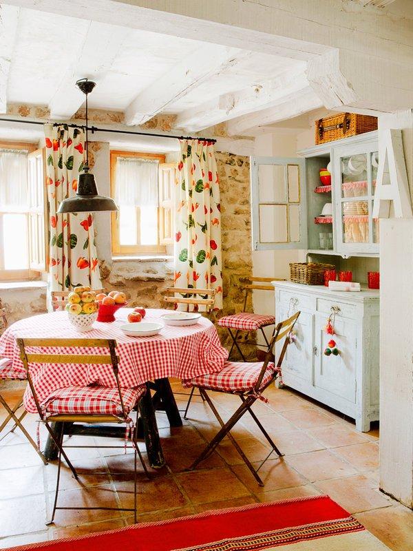 Фотография: Кухня и столовая в стиле Прованс и Кантри, Декор интерьера, Дом, Аксессуары, Красный – фото на InMyRoom.ru
