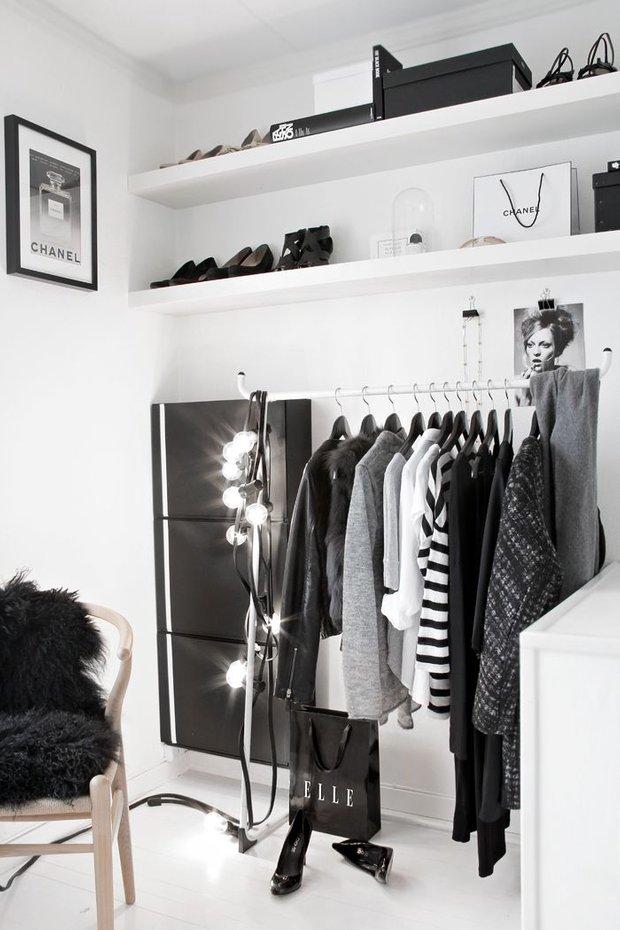 Фотография: Гардеробная в стиле Современный, Минимализм, Спальня, Декор интерьера, Малогабаритная квартира, Квартира, Советы – фото на INMYROOM