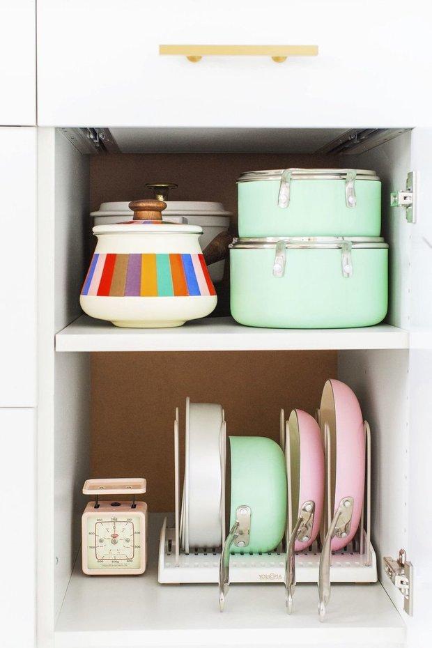 Фотография:  в стиле , Кухня и столовая, Советы, порядок на кухне, порядок в шкафу, хранение в квартире, хранение в шкафу, хранение на кухне – фото на INMYROOM