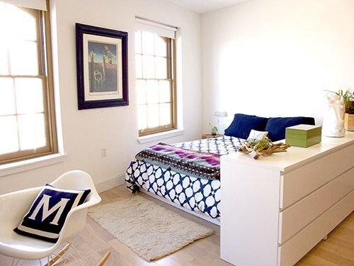 Фотография: Спальня в стиле Скандинавский, Советы, как совместить спальню с гостиной, как обустроить в одной комнате две зоны, зонирование комнаты – фото на INMYROOM