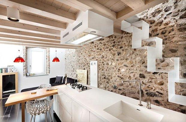 Фотография: Кухня и столовая в стиле Прованс и Кантри, Современный, Декор интерьера, Архитектурные объекты, Потолок – фото на InMyRoom.ru