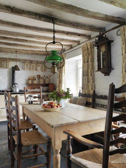 Фотография: Кухня и столовая в стиле Прованс и Кантри, Дом, Цвет в интерьере, Дома и квартиры, Стены, Балки – фото на INMYROOM