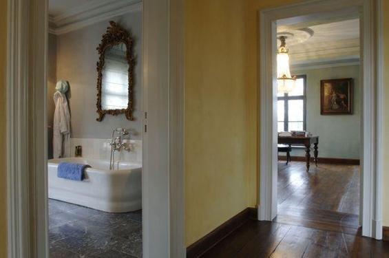 Фотография: Ванная в стиле Прованс и Кантри, Дом, Дома и квартиры, Лестница, Диван, Балки, Пол – фото на INMYROOM