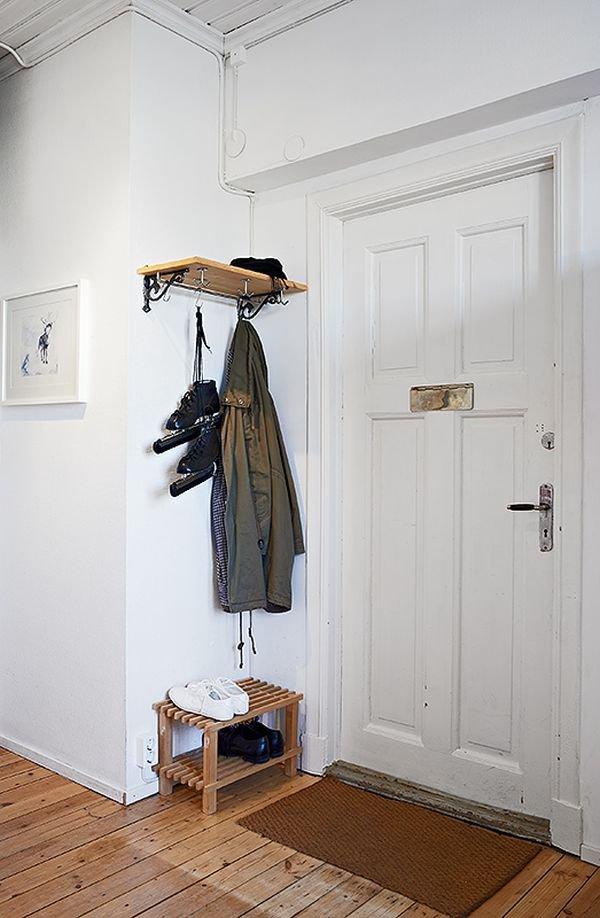 Фотография: Прихожая в стиле Скандинавский, Малогабаритная квартира, Квартира, Цвет в интерьере, Дома и квартиры, Белый, Стена, Пол – фото на INMYROOM