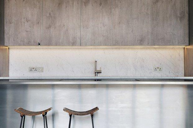 Фотография: Кухня и столовая в стиле Минимализм, Современный, Дом, Советы, Белый, Серый, Более 90 метров – фото на INMYROOM
