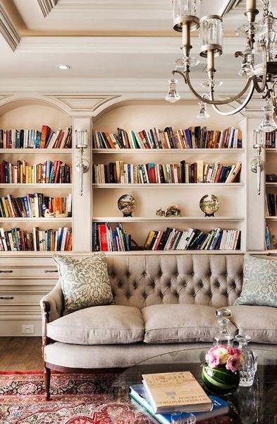 Фотография: Гостиная в стиле Классический, Декор интерьера, Декор, Домашняя библиотека, как разместить книги в интерьере, книги в интерьере – фото на INMYROOM