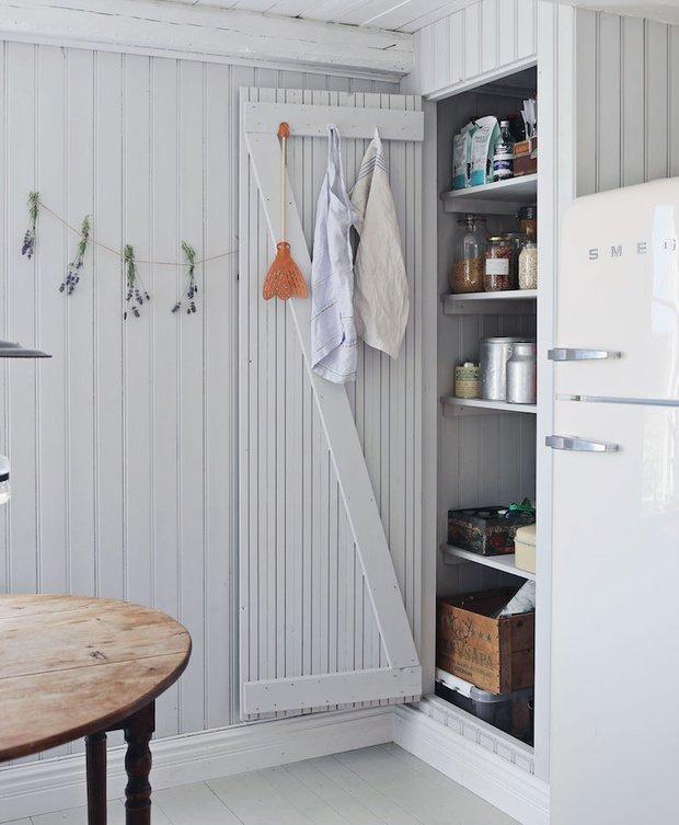 Фотография: Кухня и столовая в стиле Прованс и Кантри, Декор интерьера, Дом, Швеция, Дача, Розовый, как оформить летний дом – фото на InMyRoom.ru
