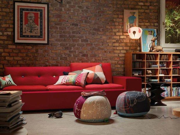 Фотография: Гостиная в стиле Лофт, Декор интерьера, Vitra, Мебель и свет, Диван – фото на INMYROOM