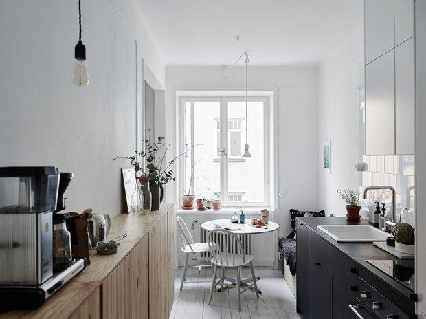 Фотография: Кухня и столовая в стиле Скандинавский, Декор интерьера, Малогабаритная квартира, Квартира, Швеция, Стокгольм, дизайн-хаки, идеи для малогабаритки, 2 комнаты – фото на INMYROOM