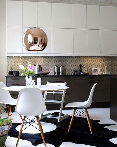 Фотография: Кухня и столовая в стиле Современный, Хай-тек, Классический, Декор интерьера, DIY, Мебель и свет, Советы, Люстра – фото на INMYROOM