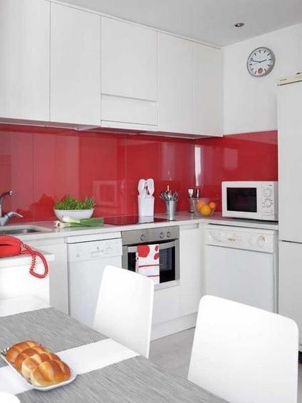 Фотография: Кухня и столовая в стиле Современный, Декор интерьера, Малогабаритная квартира, Квартира, Цвет в интерьере, Дома и квартиры, Белый, Черный, Красный – фото на InMyRoom.ru