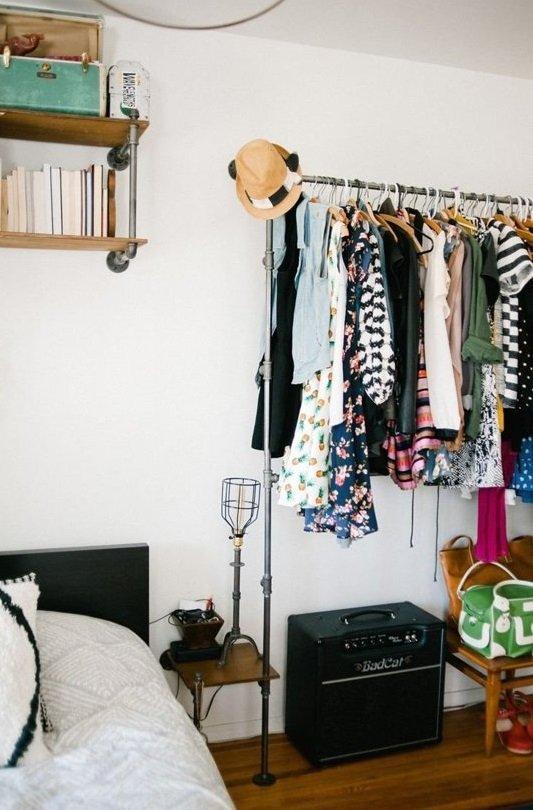 Фотография: Гардеробная в стиле Лофт, Скандинавский, Спальня, Декор интерьера, Малогабаритная квартира, Квартира, Советы – фото на INMYROOM