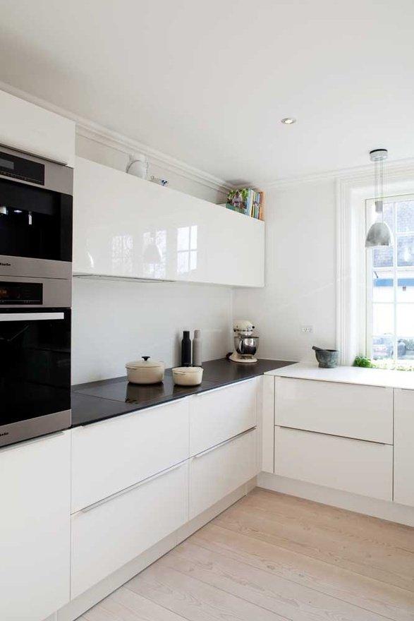 Фотография: Кухня и столовая в стиле Хай-тек, Интерьер комнат, Полки – фото на INMYROOM