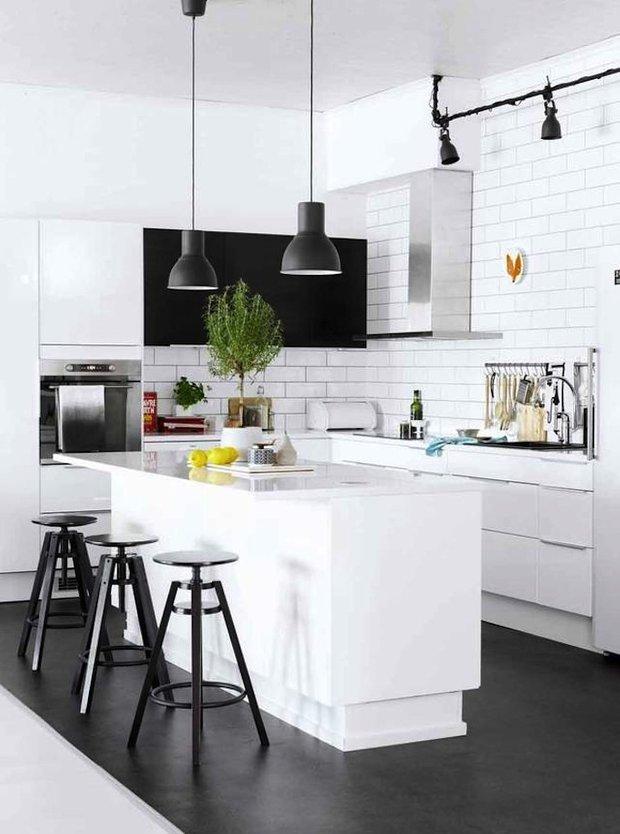 Фотография: Кухня и столовая в стиле Лофт, Скандинавский, Интерьер комнат, Цвет в интерьере, Белый – фото на INMYROOM