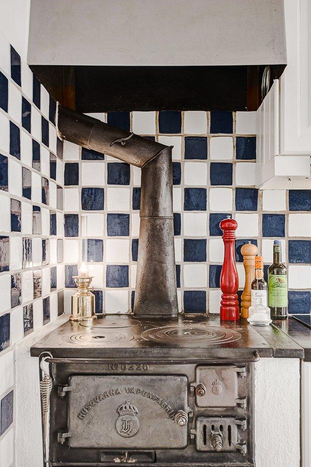 Фотография: Кухня и столовая в стиле Прованс и Кантри, Скандинавский, Декор интерьера, Квартира, Аксессуары, Мебель и свет, Белый, Красный – фото на InMyRoom.ru