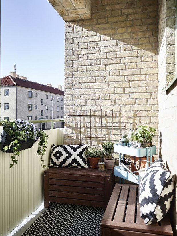 Фотография: Балкон в стиле Скандинавский, Квартира, Аксессуары, Мебель и свет, Терраса, Советы, Ремонт на практике, бюджетное обновление балкона, экономичный ремонт на балконе – фото на INMYROOM