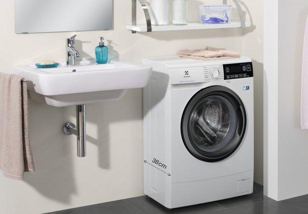 Фотография: Ванная в стиле Минимализм, AEG, Советы, Ремонт на практике, дизайн маленькой ванны, как оформить маленькую ванную, Electroluх – фото на INMYROOM