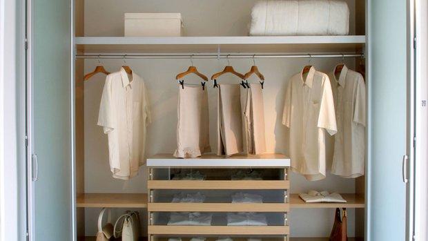 Фотография: Гардеробная в стиле Современный, Квартира, Советы, уборка, Мэри Кондо, секреты уборки, как облегчить процесс уборки – фото на INMYROOM