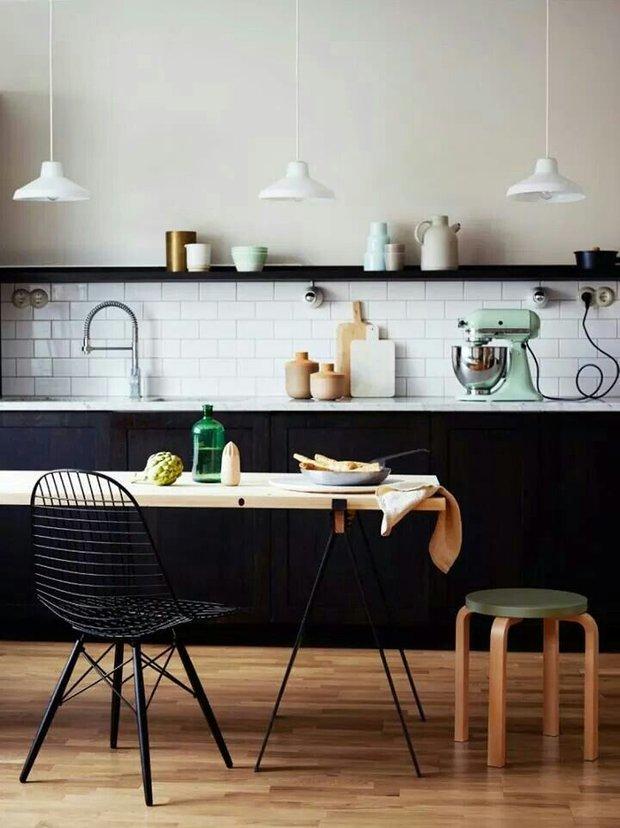 Фотография: Кухня и столовая в стиле Лофт, Декор интерьера, Дизайн интерьера, Цвет в интерьере, Черный – фото на INMYROOM