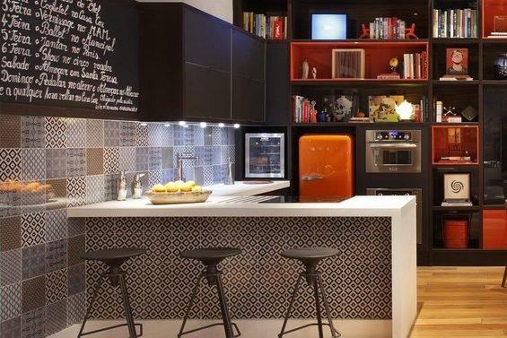Фотография: Кухня и столовая в стиле Лофт, Эклектика, Квартира, Дома и квартиры, Стеллаж, Барная стойка – фото на INMYROOM