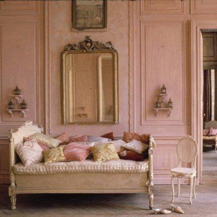 Фотография: Мебель и свет в стиле Прованс и Кантри, Декор интерьера, Дизайн интерьера, Цвет в интерьере, Стены, Розовый, Фуксия – фото на INMYROOM