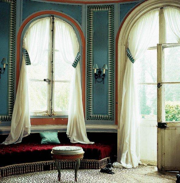Фотография: Гостиная в стиле Восточный, Декор интерьера, Франция, Антиквариат, Цвет в интерьере, Индустрия, Люди, История дизайна, Ампир – фото на INMYROOM