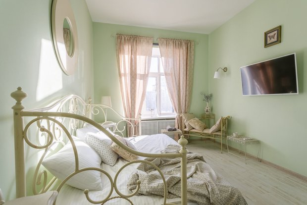 Фотография: Спальня в стиле Прованс и Кантри, Гид, напольное покрытие, ламинат – фото на INMYROOM