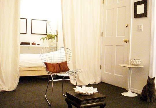 Фотография: Спальня в стиле Минимализм, Декор интерьера, Декор дома, Ширма, Перегородки – фото на INMYROOM