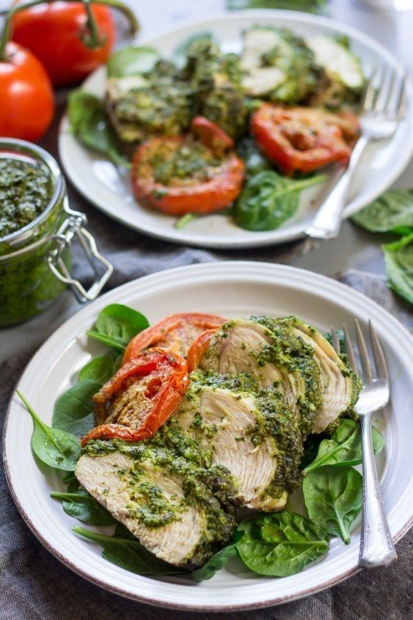 Фотография:  в стиле , Ужин, Основное блюдо, Здоровое питание, Палео, Птица, Итальянская кухня, Секреты кулинарии, Кулинарные рецепты, 30 минут, Просто, Курица, Запекание, Соус песто – фото на INMYROOM