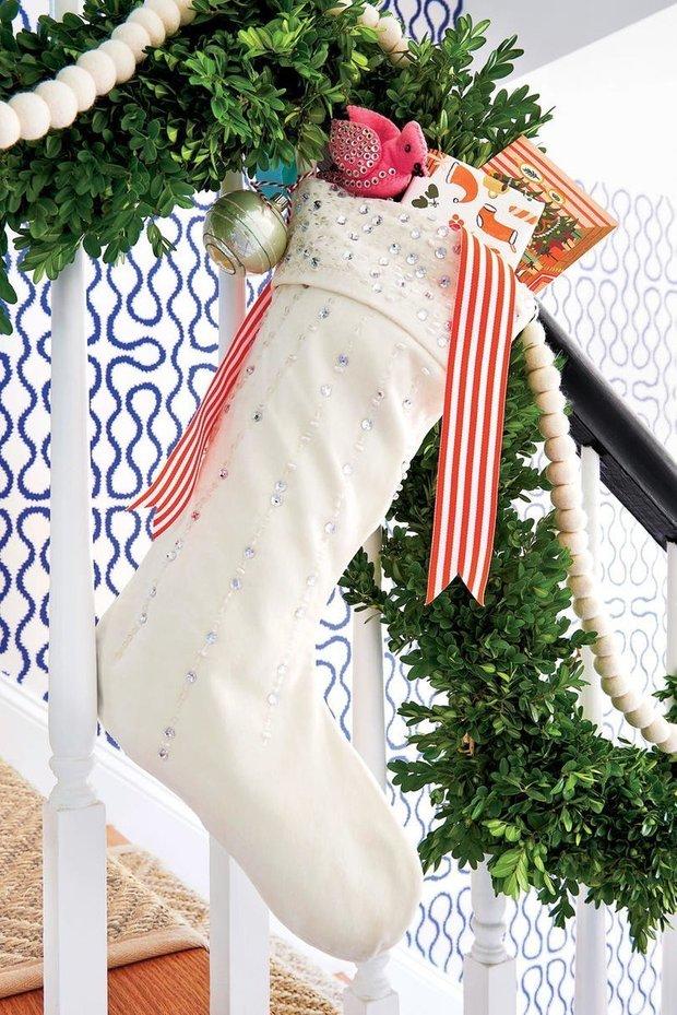 Фотография:  в стиле , Декор интерьера, Дом, США, Аксессуары, Декор, Новый Год, Красный, Дом и дача, как украсить интерьер к новому году – фото на INMYROOM