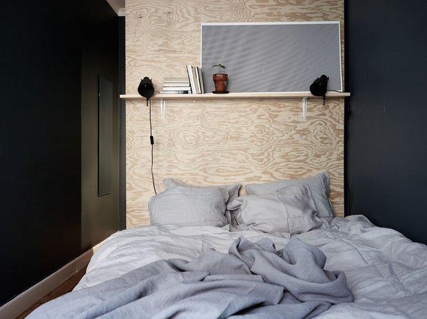 Фотография: Спальня в стиле Минимализм, Декор интерьера, Малогабаритная квартира, Квартира, Швеция, Стокгольм, дизайн-хаки, идеи для малогабаритки, 2 комнаты – фото на INMYROOM