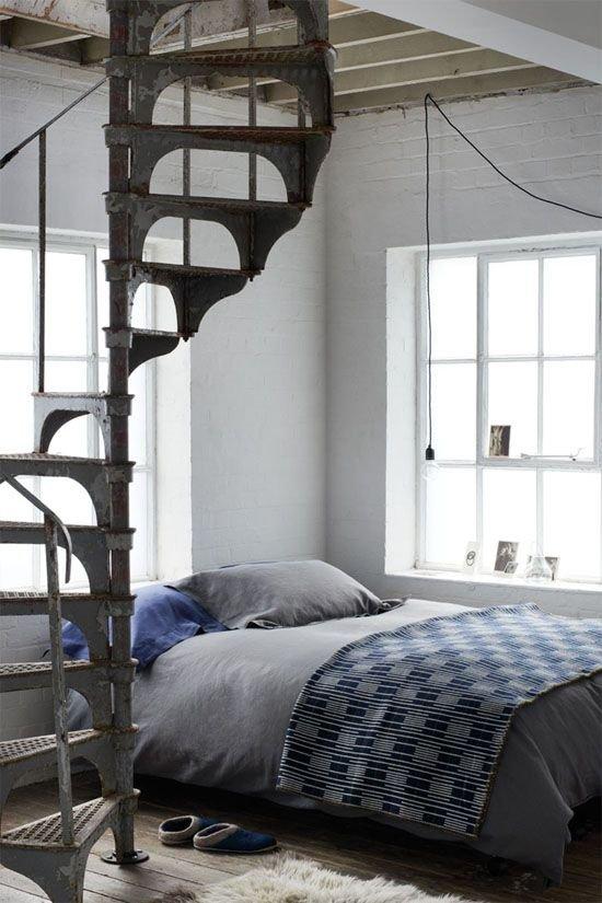 Фотография: Спальня в стиле Лофт, Скандинавский, Архитектура, Декор, Мебель и свет, Ремонт на практике, Никита Морозов, освещение для лестницы, какую выбрать лестницу, какие бывают лестницы, прямая лестница, винтовая лестница, лестница на больцах, подвесная лестница, ограждение для лестниц, как украсить лестницу – фото на InMyRoom.ru