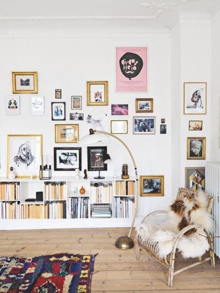 Фотография: Гостиная в стиле Скандинавский, Декор интерьера, Декор, Домашняя библиотека, как разместить книги в интерьере, книги в интерьере – фото на InMyRoom.ru