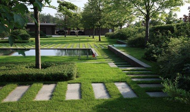Пошаговые дорожки изгранитных плит гармонично вписываются всовременный дизайн.