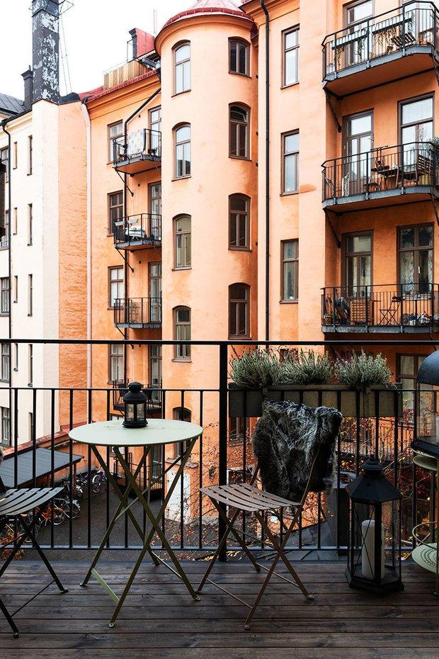 Фотография: Балкон в стиле Современный, Скандинавский, Эклектика, Декор интерьера, Квартира, Швеция, Бежевый, Стокгольм, кухня-гостиная с барной стойкой, Как оформить кухню в современном стиле, 4 и больше, Более 90 метров – фото на INMYROOM