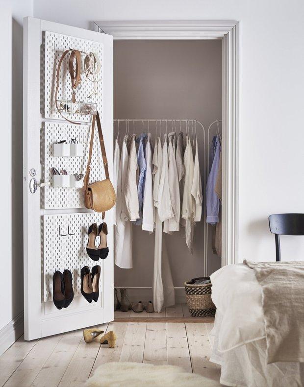 Фотография: Гардеробная в стиле Минимализм, Советы, Гардероб, уборка, хранение в маленькой гардеробной – фото на INMYROOM